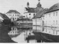 Pohled na školu a kostel při povodni